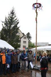 Tolle Stimmung trotz schlechtem Wetter herrschte am Samstag beim Maibaum-Dorffest des Oberuzwiler Männerchores Frohsinn. (Bild: Christof Lampart)