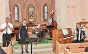 Die Querbeat-Band mit Opernsängerin Judith Dürr. (Bild: Heidy Beyeler)