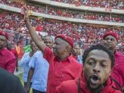 Julius Malema, Oppositionsführer und Chef der Partei Economic Freedom Fighters (EFF) bei der letzten Wahlkampfveranstaltung in Soweto. (Bild: Keystone/AP/MUJAHID SAFODIEN)