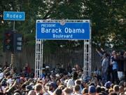 Tausende feiern die Umbenennung der Rodeo Road in Los Angeles in Barack Obama-Boulevard. (Bild: KEYSTONE/AP/DAMIAN DOVARGANES)