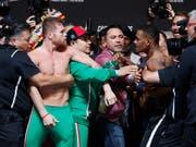 Saul Canelo Alvarez (links) fehlt nur noch der WBO-WM-Titel, um der uneingeschränkte König der Profiboxer im Mittelgewicht zu sein (Bild: KEYSTONE/AP/JOHN LOCHER)