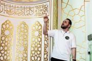 Zemri Neziri, einer der freiwilligen Helfer, führte am Sonntagvormittag durch die Räumlichkeiten der Moschee. (Bild: Christof Lampart)