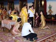 Der frische gekrönte König umarmt seine Schwester Prinzessin Ubolratana Mahidol im Königspalast in Bangkok. (Bild: Keystone/EPA/ROYAL HOUSEHOLD BUREAU / HANDOUT)