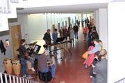 Die Band der Kantonsschule Kreuzlingen begrüsst und unterhält die Gäste mit Hits von Legenden. (Bild: Manuela Olgiati)