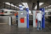 Bahnhof Luzern aufgenommen am 08.09.2011 Bild Remo Naegeli. Zug Bahn SBB Pendler Bilette Ticket Fahrkarte Automat