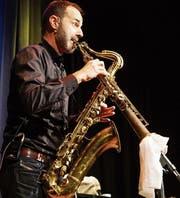 Peter Lenzin begeisterte mit Wort, Witz und Musik – hier mit «Blues In The Closet» mit Sopran- und Tenor-Saxofon. (Bild: Andrea Kobler)