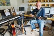 Der gebürtige Oberrieter Rolf Büchel geniesst seinen Traumberuf als Gitarrist in vollen Zügen. (Bild: Andrea Kobler)