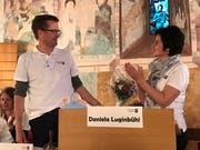 Der designierte Präsident Daniel Vontobel überreicht der abtretenden Daniela Luginbühl einen Blumenstrauss. (Bild: Samuel Koch)