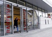 Die Raiffeisenbank-Filiale in Oberägeri wird nächstes Jahr geschlossen. (Bild: Werner Schelbert, 22. März 2018)