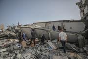 Palästinenser inspizieren ein Haus, das durch israelische Luftangriffe zerstört wurde. Bild: EPA/Mohammed Saber (Gaza, 6. Mai 2019)