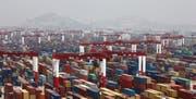 Blick auf den Hafen von Schanghai: China ist der weltweit grösste Exporteur von Waren. Bild: Qilai Shen/EPA (11. Mai 2012)