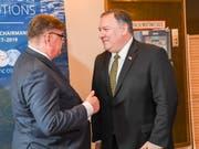 US-Aussenminister Mike Pompeo (rechts) und sein Finnischer Amtskollege Timo Soini unterhalten sich an einem Treffen der Aussenminister des Arktischen Rates. (Bild: KEYSTONE/EPA COMPIC/KIMMO BRANDT)