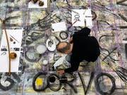 Der Künstler Rainer Otto Hummel arbeitet für das Kunstprojekt «WandnebenWand» in der Kunsthalle Luzern. (KEYSTONE/Alexandra Wey) (Bild: Keystone/ALEXANDRA WEY)