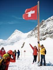Touristen posieren für Fotos auf dem Jungfraujoch auf 3466 Metern über Meer. (Bild: Manuel Lopez/KEY)