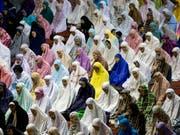 Für Millionen Muslime weltweit hat der Fastenmonat Ramadan begonnen. Gläubige Muslime verzichten im Ramadan von der Morgendämmerung bis zum Sonnenuntergang auf Essen, Trinken, Rauchen und Sex. Abends kommen sie zum gemeinsamen Fastenbrechen zusammen. (Bild: KEYSTONE/AP/ACHMAD IBRAHIM)
