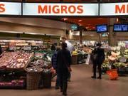 Die Migros-Filiale als Paketschalter. In rund 300 Läden des Grossverteilers können Schweizer künftig ihre Postpakete aufgeben oder abholen. (Bild: KEYSTONE/MELANIE DUCHENE)