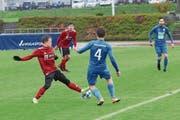 Zu Spielbeginn ist der Rasen noch grün: Der Willisauer Elias Kohler (links) klärt hier gegen den Hergiswiler Luca Mombelli. Bild: Jakob Ineichen (Willisau, 4. Mai 2019)