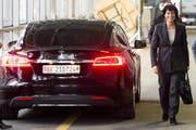 Sommaruga hat Doris Leuthards Tesla-Dienstwagen übernommen. (Bild: Keystone, Luzern, 22. Januar 2015)