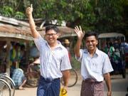 Nach mehr als 500 Tagen im Gefängnis hat Myanmar am Dienstag zwei Reporter der Nachrichtenagentur Reuters freigelassen - Wa Lone (links) und Kyaw Soe Oo (rechts) waren zu sieben Jahren Haft verurteilt worden. (Bild: KEYSTONE/AP/THEIN ZAW)