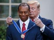 US-Präsident Donald Trump hat am Montag den Golfspieler Tiger Woods ausgezeichnet. (Bild: KEYSTONE/EPA/SHAWN THEW)
