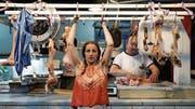 «So viel Fleisch in diesem Land»: Eine Frau macht Klimmzüge in einer Metzgerei. (Filmbild: Antonia Meile/PD)