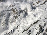Eindrückliche Staublawine nach einer Sprengung in der Region Zermatt. (Bild: B. Jelk)