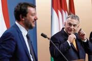 Ungarns Premierminister Viktor Orbán (rechts) und Italiens Innenminister Matteo Salvini an einer gemeinsamen Pressekonferenz in Budapest. (Bild: Szilard Koszticsak/EPA (2. Mai 2019))