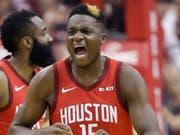 Clint Capela gleicht mit den Houston Rockets die Viertelfinal-Serie gegen Titelhalter Golden State zum 2:2 aus (Bild: KEYSTONE/FR171023 AP/ERIC CHRISTIAN SMITH)