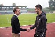 Handshake im Passauer Dreiflüssestadion: Der rumänische Amateurfussballer Fabian Vatavu (rechts) trifft SašaMarinkovic, den Gründer einer Spielervermittlungsplattform, die ihm helfen sollte, einen neuen Verein zu finden. (Foto: Facebook/Football-Connects/SašaMarinkovic)