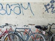 Dutzende Velos hat ein Dieb im Kanton Waadt geklaut. Die Polizei stellte 55 Fahrräder sicher. (Bild: KEYSTONE/PETRA OROSZ)
