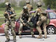 Die Polizisten ergreifen in der Übung in Collombey-Muraz einen «Terroristen». (Bild: Keystone/LAURENT GILLIERON)