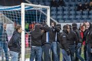 Vermummte und maskierte FCL-Ultras verketten das Tor beim Schweizer Cup-Viertelfinal zwischen dem FC Luzern und dem BSC Young Boys vom Mittwoch, 6. März 2019, in der Swisspor-Arena . (Bild: Urs Flüeler/Keystone)