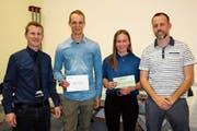 Thomas Boxler (links) und Roger Gantenbein (rechts) ehrten Luca Egloff, Sara Gantenbein für ihre Erfolge im letzten Winter. (Bild: PD)