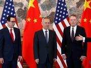 Der US-Handelsbeauftragte Robert Lighthizer (rechts) weist den Chinesen die Schuld an der jüngsten Eskalation im Handelsstreit zu. (Bild: KEYSTONE/EPA AP POOL/ANDY WONG / POOL)