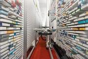 Was darf eine medizinische Behandlung kosten? Blick ins Medikamentenlager des Berner Inselspitals. Bild: Peter Klaunzer/Keystone (2. Mai 2013)