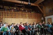 Claudia Steiger (vorne, mit Jeansjacke) beim Public Viewing ihrer Folge von «Mini Schwiiz, dini Schwiiz». (Bild: Johannes Wey)