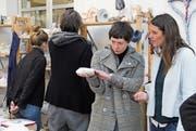 Kunststudentinnen aus München besichtigen Arbeiten von Patienten. (Bild: PD)