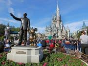 Zahlreiche Besucher in Themenparks von Walt Disney haben dem Konzern zu einer Gewinnsteigerung im abgelaufenen Geschäftsquartal geführt. (Bild: KEYSTONE/AP/JOHN RAOUX)