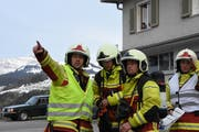 Einsatzleiter Christoph Brunner (links) gibt, nachdem er sich einen Überblick über die Situation verschafft hatte, seine Befehle aus. (Bild: Urs M. Hemm)