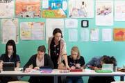Lehrerinnen und Lehrer in der Schweiz leisten viel Überzeit. (Bild: Gaetan Bally/Keystone, Glarus, 17. Mai 2018)