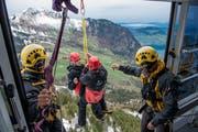 Am Seil des Helikopters geht es für die «Passagiere» in Richtung sicheren Erdboden. (Bild: Nadia Schärli, 8. Mai 2019)
