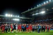 Die Liverpooler Spieler nach Spielende vor dem legendären «Kop», der Tribüne der Hardcore-Fans. (Bild: Peter Powell/EPA, Liverpool, 7. Mai 2019)