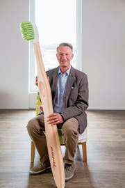Adrian Pfenniger mit einem Modell der Holzzahnbürste am Hauptsitz in Triengen. (Bild: Nadia Schärli (6. Mai 2019))