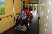 Zum ersten Mal lässt sich Ruth Schwarz von Gian Pergher mit der Velo-Rikscha kutschieren. (Bild: Monika von der Linden)