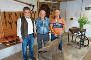 Ueli Ineichen, Edi Strebel und Kunstschmied Richard Erni (von links) hinter dem 250-Kilogramm-Amboss. (Bild: Eddy Schambron)