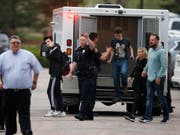 Zwei Angreifer haben am Dienstag an einer Schule südlich von Denver im US-Bundesstaat Colorado das Feuer eröffnet und dabei mindestens einen Schüler getötet. (Bild: KEYSTONE/AP/DAVID ZALUBOWSKI)
