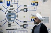 Der iranische Präsident Hassan Rouhani besucht das Bushehr Atomkraftwerk in Bushehr, Iran.(AP Photo/Iranian Presidency Office, Mohammad Berno/13.1.2015)