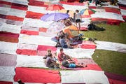 Picknicken auf dem grossen Bignik-Tuch an der Seehalde in Rorschacherberg. Einmal im Jahr wird das Riesentuch öffentlich ausgelegt. In diesem Jahr findet diese Aktion in Trogen statt. (Bild: Ralph Ribi - 11. Juni 2017)