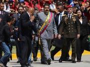 Venezuelas Staatschef Nicolás Maduro (Mitte) lässt den Obersten Gerichtshof seines Landes gegen Oppositionelle vorgehen. (Bild: KEYSTONE/AP/FERNANDO LLANO)