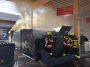 Im Werkhof in Küssnacht SZ löscht die Feuerwehr einen Brand in einem Presscontainer. (Bild: Kantonspolizei Schwyz)